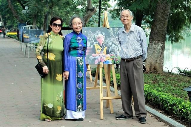 Bà Phạm Thị Bích Hằng - người vợ tào khang, gắn bó với  ông Vinh suốt nửa thế kỷ qua (ngoài cùng bên trái, áo dài màu xanh lá). Ảnh: NVCC