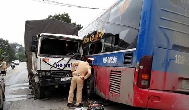 Sau khi được cẩu lên đường, xe khách gặp nạn bị một xe tải chạy ngược chiều đâm phải. Ảnh: Hoàng Việt.