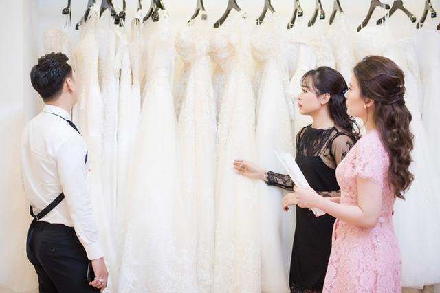 Bà xã Thành Trung - Ngọc Hương cho biết cô thích phong cách đơn giản mà sang trọng và vì vậy những thiết kế cô lựa chọn đều vô cùng tinh tế.
