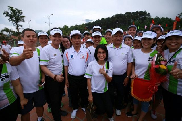 Ông Nguyễn Ngọc Thiện - Bộ trưởng Bộ Văn hóa, Thể thao & Du lịch trao cờ lưu niệm và chụp ảnh cùng đơn vị chạy Herbalife trong lễ phát động tại A Lưới, Huế