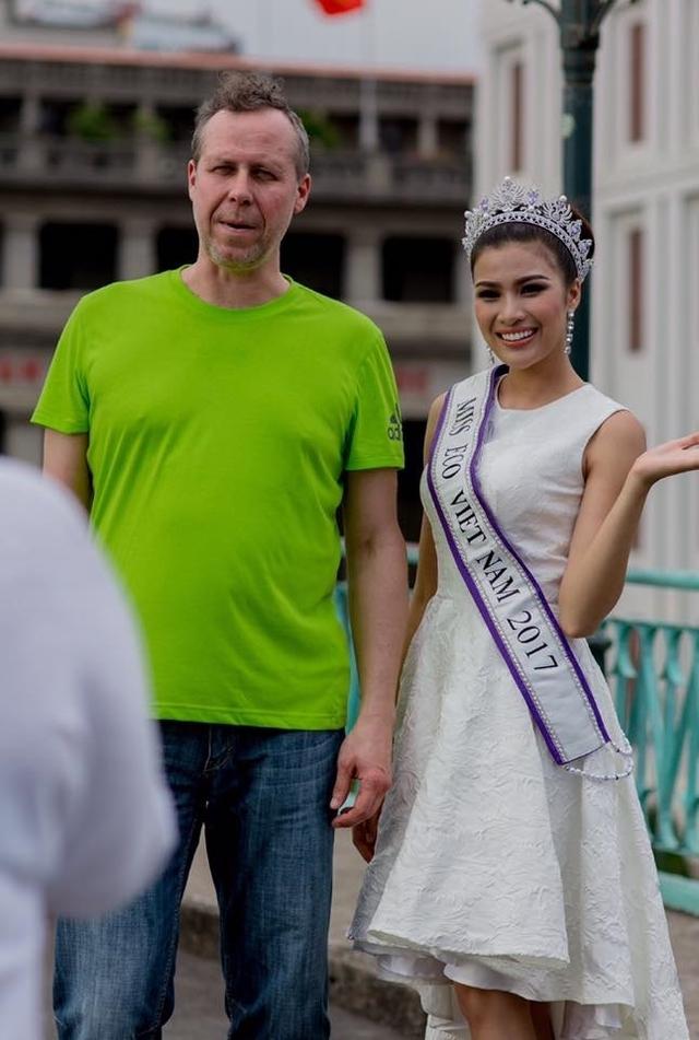 Nguyễn Thị Thành đeo dải băng địa diện Việt Nam để tham dự cuộc thi quốc tế