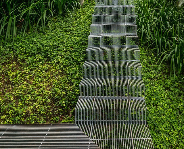 Toàn bộ ngôi nhà với các tính năng và những chi tiết độc đáo giúp cho nó trở nên thân thiện với môi trường. Nhưng một trong những thiết kế thú vị nhất chính là cầu thang ngoài trời, bạn có thể thấy trong hình trên.