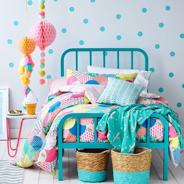 2. Bộ ga giường với họa tiết và hoa văn in đậm đi kèm tường có cùng tông màu chủ đạo xanh dương với điểm nhấn là các chấm bi ngộ nghĩnh.