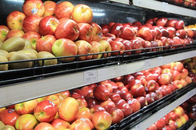 Trái cây ngoại được bày bán khá nhiều tại siêu thị, chợ. Ảnh: Thái Nguyễn.