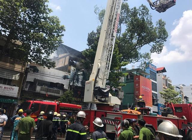Cảnh sát dùng xe thang tiếp cận dập tắt đám cháy. Ảnh: Thuận Lâm.