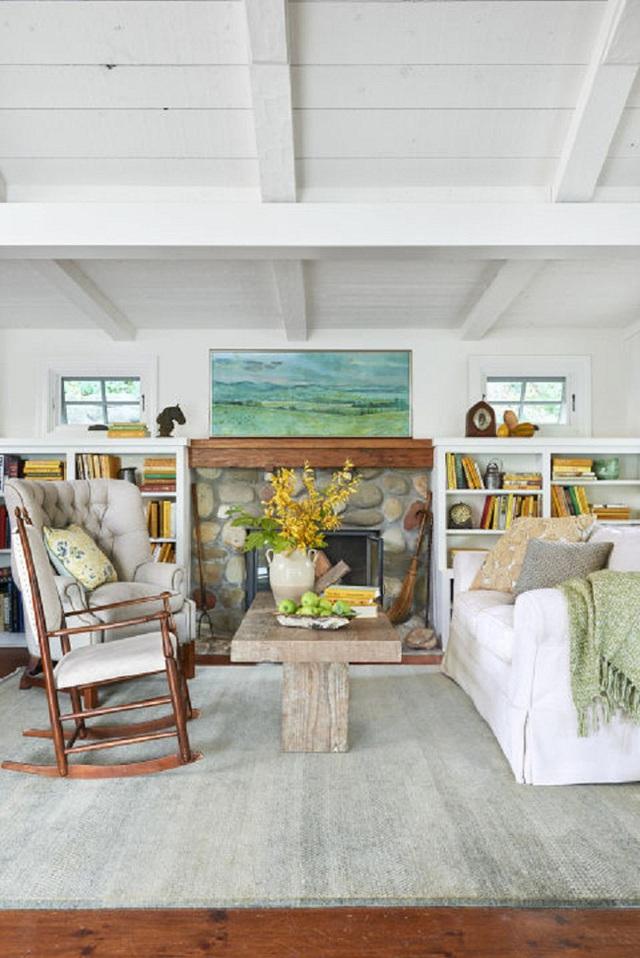 Một phòng khách giản dị mang hơi thở miền nhiệt đới. Kiến trúc sư Charles Samson đã lựa chọn thiết kế trần của nhà thật thấp để đúng với các thiết kế hầm rượu vào những năm 1890.