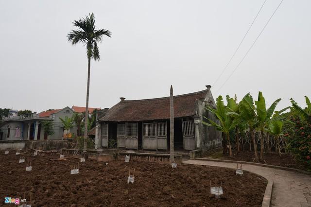 Chủ nhân đầu tiên của ngôi nhà là cụ Trần Duy Hanh, một lái buôn giàu có. Vào khoảng những năm 1910, cụ thuê hơn 20 thợ tài hoa làm nghề mộc ở Cao Đà, phủ Lý Nhân về làm mấy tháng ròng rã mới xong.