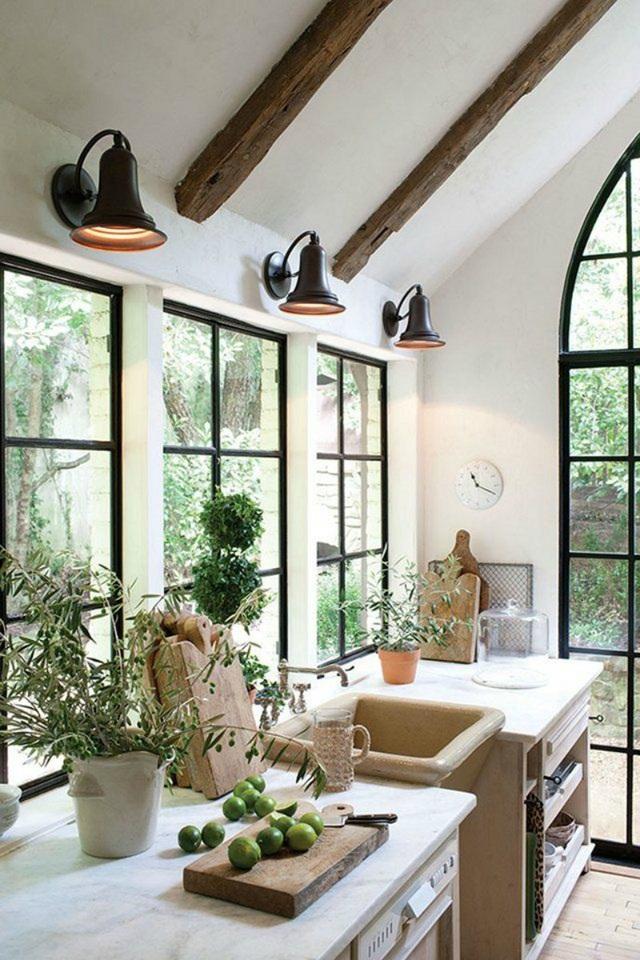 2. Khung cửa sổ bằng kính được lựa chọn thay thế cho kiểu cửa sổ gỗ truyền thống.