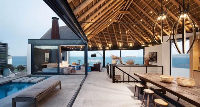 Về mặt kiến trúc đây là một thiết kế mở hướng hoàn toàn ra biển. Một tính năng quan trọng và đặc biệt của thiết kế chính là những mái tranh được sử dụng ở trên đem lại cảm giác nhiệt đới hoàn hảo.