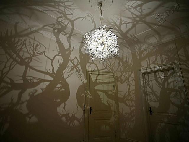 Đèn ngủ độc đáo biến căn phòng của bạn thành một rừng cây đầy ma mị. Có lẽ ý tưởng này phù hợp nhất với dịp lễ Halloween.