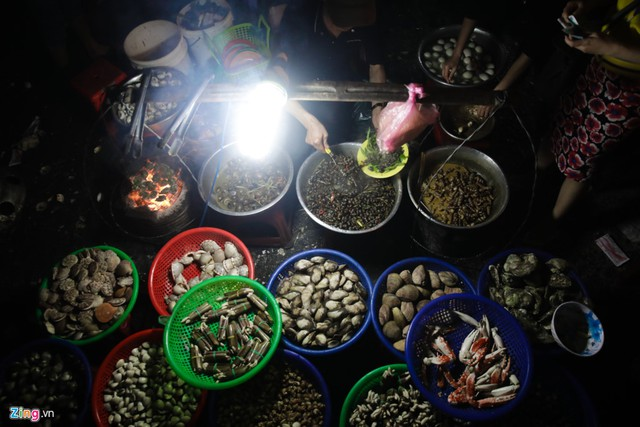Chợ búa, các nhà hàng đông nghẹt khách. Là cao nguyên, xa biển nhưng các loài hải sản vẫn được quán xá kinh doanh nhiều.
