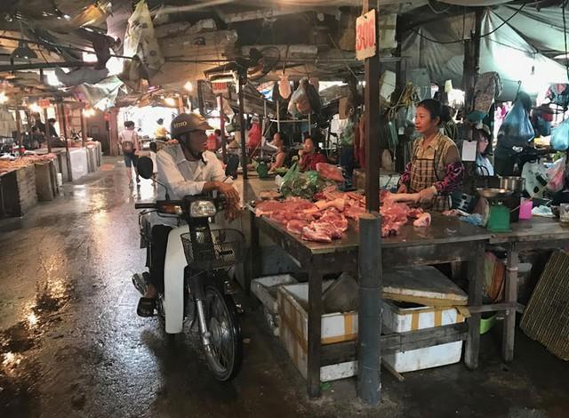 Còn nửa chợ dưới giá thịt lợn dao động ở mức 80.000-100.000 đồng/kg tùy loại