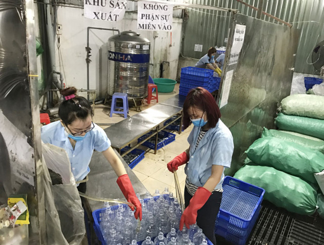 Quy trình sản xuất nước muối sinh lý rất mất an toàn. Ảnh báo Thanh Niên