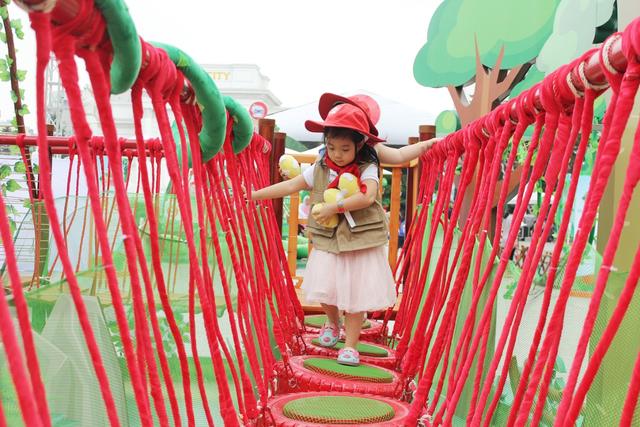 Bé Daisy, con gái MC Minh Trang thích thú với các trò chơi ở Safari Siêu dịu nhẹ.