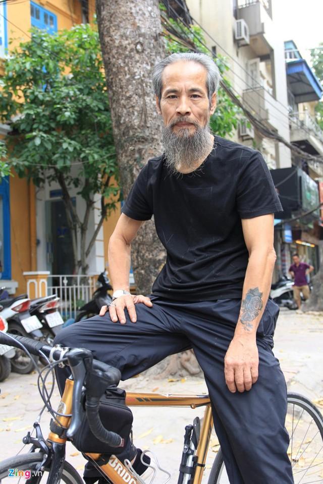 Hàng ngày, nam diễn viên gạo cội dành thời gian đạp xe quanh khu phố.