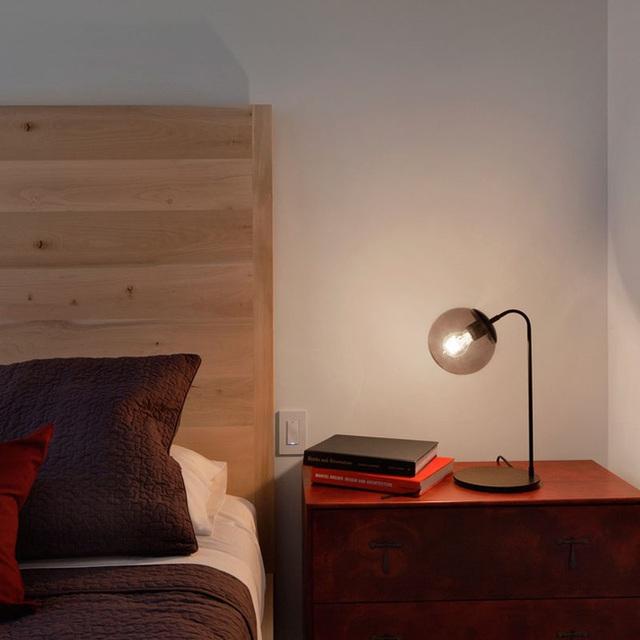 2. Những mẫu đèn ngủ để bàn như thế này được nhiều người lựa chọn vì có thể điều chỉnh góc độ của chúng.