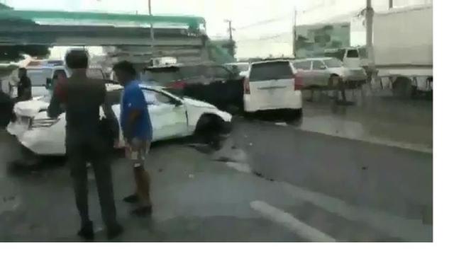 Phần đầu xe Fortuner màu đen do người phụ nữ điều khiển đi đánh ghen chồng ngoại tình đã bị hư hại nghiêm trọng.