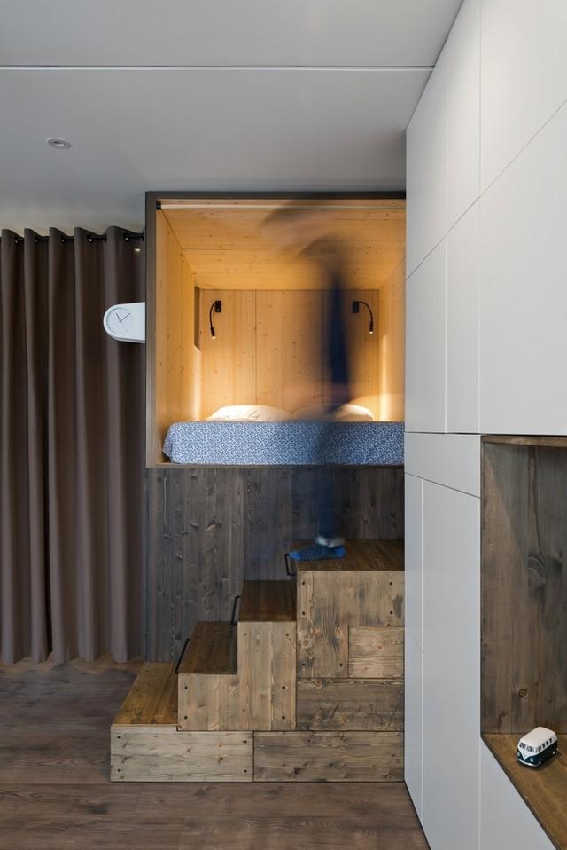 Một góc căn hộ được thiết kế nâng lên thành giường ngủ.