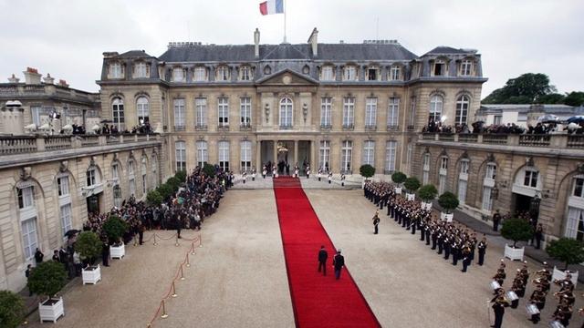 Kể từ năm 1873, cung điện Elysée chính thức trở thành nơi ở và làm việc của tổng thống Pháp. Hiện tại một đội ngũ hơn 800 người đang hàng ngày bảo vệ và phục vụ tổng thống.