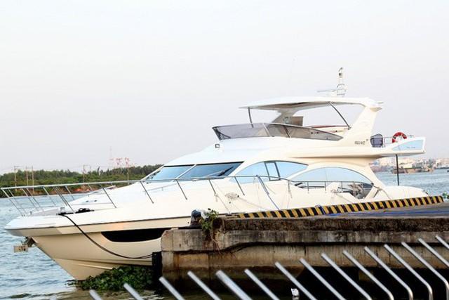 Chiếc du thuyền này hay được neo đậu tại khu vực Bến Nhà Rồng, quận 4, TP HCM. Du thuyền Azimut 70 có chiều dài 22m và được sản xuất tại Italia.