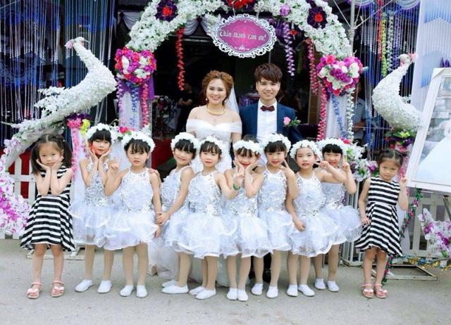 Cô dâu Nguyễn Thị Thu Thảo và chú rể Phan Văn Nhiệm cùng với các học trò nhí