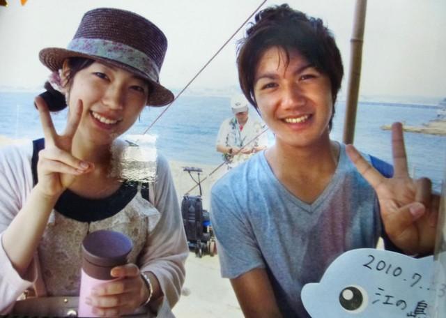 Kei Komuro, người từng là đại sứ du lịch của Fujisawa, tỉnh Kanagawa, cùng với Rina Namikawa (trái) quảng bá cho thành phố vào năm 2010. Ảnh: Kyodo.