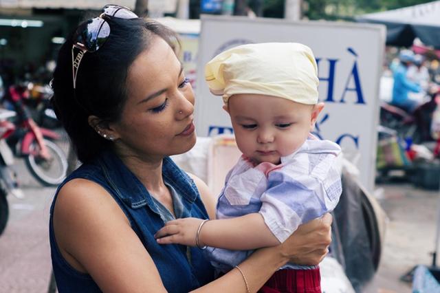 Bé Bơ hơn 1 tuổi rưỡi, là con trai thứ hai của Lý Thanh Thảo, diễn viên Mùi ngò gai. Nhóc tỳ là trái ngọt trong cuộc hôn nhân thứ hai của cô với ông xã ngoại quốc.