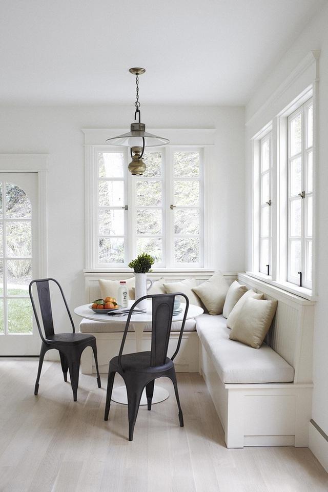 16. Những tone màu đơn giản của chiếc ghế băng bọc nệm kết hợp với những chiếc ghế màu tối tạo nên cảm giác điềm tĩnh và yên lặng. Thiết kế tối giản này rất phù hợp cho những ngôi nhà nhỏ với cách trang trí gọn gàng.