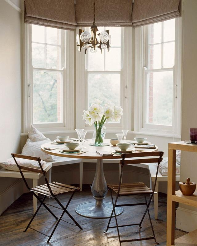 2. Đặt chiếc ghế dài bọc nệm gần một cửa sổ lớn và dùng bữa trong ánh sáng tự nhiên. Không gian phòng ăn của bạn có thể trở thành phòng giải trí thứ hai, và chắc chắn quyết định này sẽ mang đến cho bạn rất nhiều lợi ích quanh năm từ chỗ ngồi lý tưởng này.