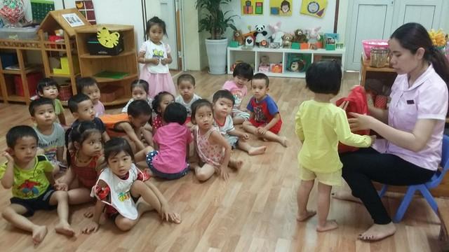 Bé Quỳnh Anh (áo vàng) hiện đã quay trở lại lớp học cùng các bạn (Ảnh: Thanh Hùng)