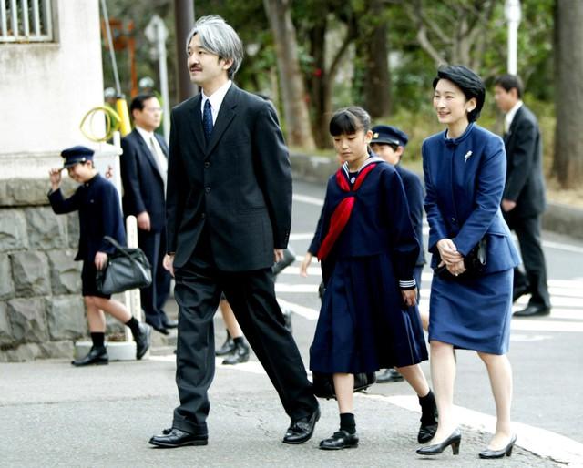 Cô học phổ thông tại Gakushuin, ngôi trường dành cho con cháu quý tộc ngày xưa tại Nhật. Trong ảnh, Công chúa Mako đi cùng cha mẹ, Hoàng tử Fumihito và Công nương Kiko, trong lễ tốt nghiệp tiểu học năm 2004.