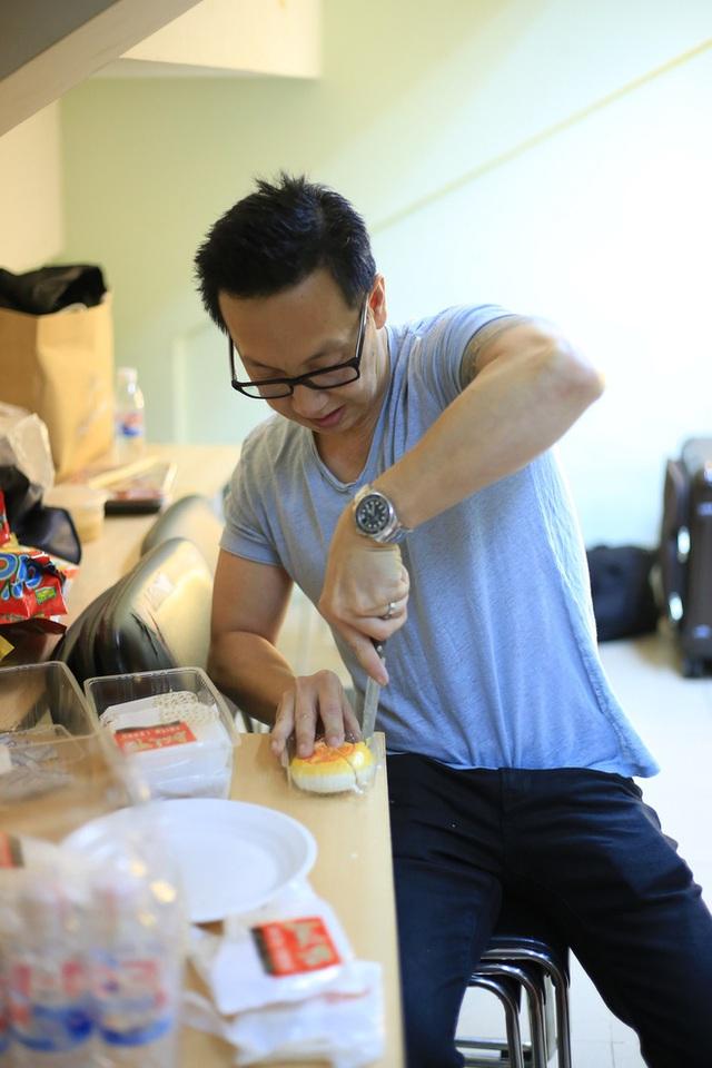 Chồng Minh Tuyết lặng lẽ cắt bánh cho vợ trong hậu trường.
