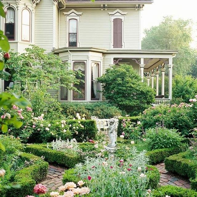 """Một tòa biệt thự với khuôn viên trước nhà chỉ thích hợp trang trí vườn tược theo phong cách """"quý sờ tộc"""" và trang trọng như thế này thôi bạn ạ. Hãy xem xét diện tích vườn nhà mình có thích hợp dung hòa thêm một đài phun nước để đạt đỉnh cao của phong cách hay không bạn nhé."""