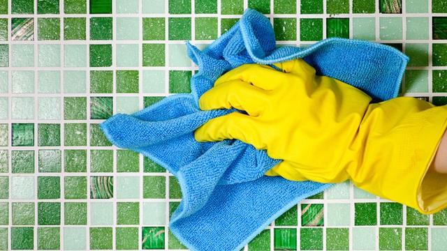 Giấm cũng có thể lau sạch những vết thậm chí là bẩn nhất trên tường gạch. Xịt giấm lên trên bề mặt gạch bằng cách sử dụng bình xịt, chờ 10 phút, sau đó dội lại sàn với nước sạch. Lau lại sàn bằng một chiếc khăn mềm. Với phương pháp này, bạn vừa có thể làm sạch sàn vừa có thể tẩy uế và khử trùng cho tường gạch.