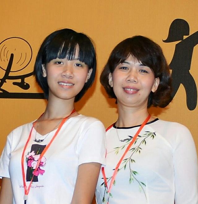 Hai mẹ con chị Hạnh tại lễ ra mắt Mạng lưới tự kỷ Việt Nam (VAN). Ảnh: Gia đình cung cấp