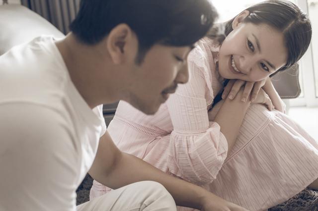 Ngọc Lan không giấu được ánh mắt hạnh phúc khi say sưa ngắm chồng, trong lúc anh đang đùa giỡn cùng con trai.