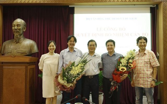 Ông Trương Nhuận (đứng giữa), nguyên Giám đốc Nhà hát Tuổi Trẻ cùng ban lãnh đạo mới của Nhà hát trong ngày công bố quyết định.