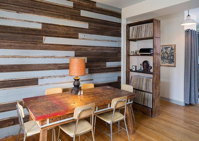 Một bức tường với gỗ tái chế sẽ là cách tuyệt vời để mang đến vẻ đẹp shabby chic cho phòng ăn mà không phải di chuyển bảng màu hiện đại nào cả. Phần còn lại của căn phòng vẫn có thể duy trì nét đẹp thời thượng với những phụ kiện nhỏ hoặc bàn ăn với kết cấu tương tự như tường. Màu đơn giản và trung tính cho tường gỗ tái chế cũng sẽ dễ dàng ăn nhập với không gian mở còn lại của căn phòng.