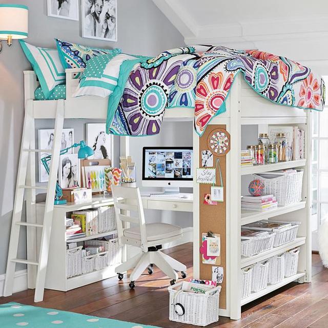 2. Với những căn phòng chỉ có một bé, bạn có thể chọn cho con giải pháp thiết kế không gian học tập phía dưới, giường ngủ phía trên. Bàn học được đặt phía dưới giường ngủ, hai bên được thiết kế với kệ đựng sách vở, tài liệu, giúp con dễ dàng sử dụng và trang trí theo cách riêng của mình.