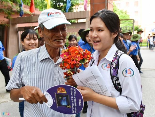 Phụ huynh đồng hành cạnh con trong kỳ thi THPT quốc gia năm ngoái. Ảnh: Việt Hùng.
