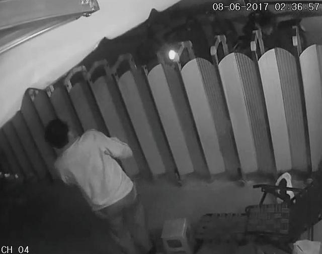 Khi thấy bảo vệ, các đối tượng trộm chó chiếu thẳng đèn pin vào mặt rồi xịt hơi cay tấn công bảo vệ để bắt chó