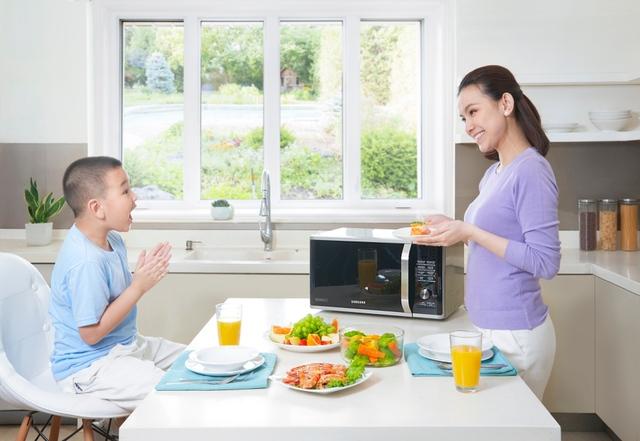 Dù bận đến đâu, Thuỳ Lâm cũng tranh thủ vào bếp chuẩn bị bữa ăn cho gia đình