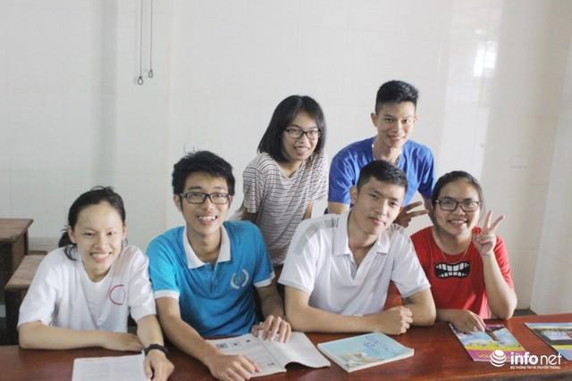 Tốp bạn thân có số điểm 29 trở lên, lớp chuyên Toán, Trường Chuyên Hà Tĩnh chụp ảnh kỷ niệm.
