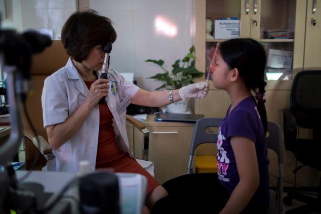 Đối với trẻ dưới 13 tuổi, khi khám mắt tuân thủ theo các bước của ICEE là điều cần thiết