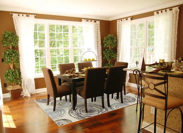 Phòng ăn này sang trọng thanh lịch và không gian mở. Chiếc gương và bàn kính tạo cảm giác cởi mở và tấm thảm màu be rộng lớn đã kết nối tất cả các yếu tố cá nhân với nhau.