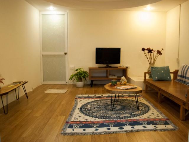 Căn hộ có địa chỉ tại Ngọc Hà, Hà Nội, được chủ đầu tư thiết kế lại để cho thuê homestay qua ứng dụng công nghệ. Phòng khách của căn hộ đẹp lên nhiều nhờ ốp thạch cao và sơn lại khiến không gian mạch lạc hơn.