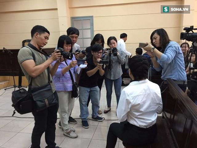 Ngọc Trinh trả lời phỏng vấn của báo chí tại phiên tòa.