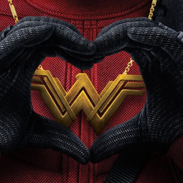 Ngay cả siêu anh hùng Deadpool cũng mới gửi lời chúc mừng tới Wonder Woman sau khi bị cô vượt doanh thu tại Bắc Mỹ. Ảnh: Fox.