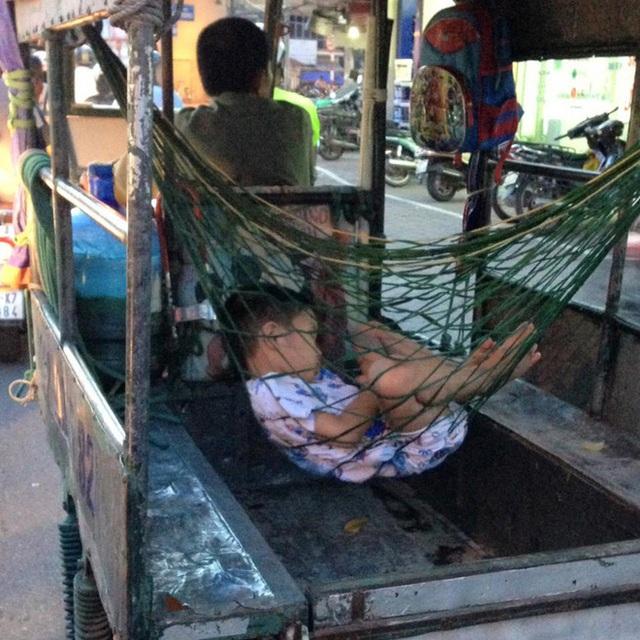 Hình ảnh cậu bé nằm trên võng ngủ ngon lành khiến nhiều người cảm động. Nguồn: facebook