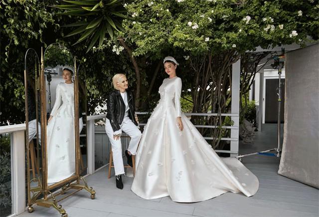 Miranda đã rất hài lòng với chiếc váy cưới kín đáo và thanh lịch, được truyền cảm hứng từ váy của Công nương Grace Kelly.